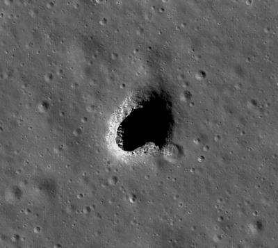 Cette cavité souterraine repérée par des astronomes japonais sur la Lune pourrait accueillir une base spatiale permanente (photo NASA)